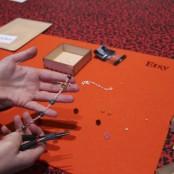 Das erste Armband ist fertig; Foto: MKG