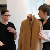 Bei Tonja Zeller nehmen wir besonders einen Mantel aus Kamelhaar unter die Lupe; Foto: MKG
