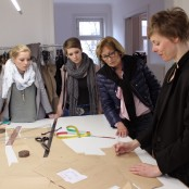 Sie erklärt uns viel über Schnitte, Konstruktion,  Designprozesse und Umsetzung; Foto: MKG