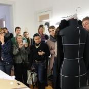 Als Irina an der Puppe die einzelnen Teile eines Kleidungsstück zeigt, sind alle besonders aufmerksam; Foto: MKG