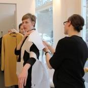 Von einem weiteren Mantel zeigt Tonja uns den Papierschnitt und bastelt ihn direkt an Irina zusammen; Foto: MKG