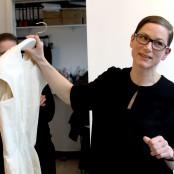 Außerdem zeigt sie uns den Prototypen eines Kleides aus Nesselstoff; Foto: MKG
