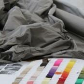 In ihrem Atelier gibt es überall etwas zu sehen - Stoffe, Farbkarten und fertige Kleider, da brauchten wir erstmal etwas Zeit um uns umzuschauen; Foto: MKG