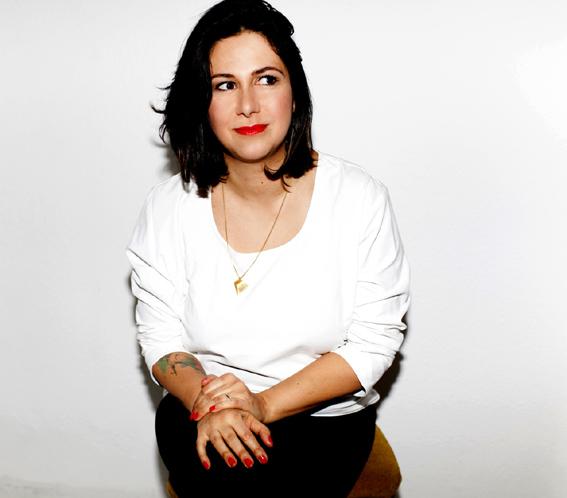 Julia Akra Laurien: Gründerin und Chefredakteurin vom Magazin Noveaux