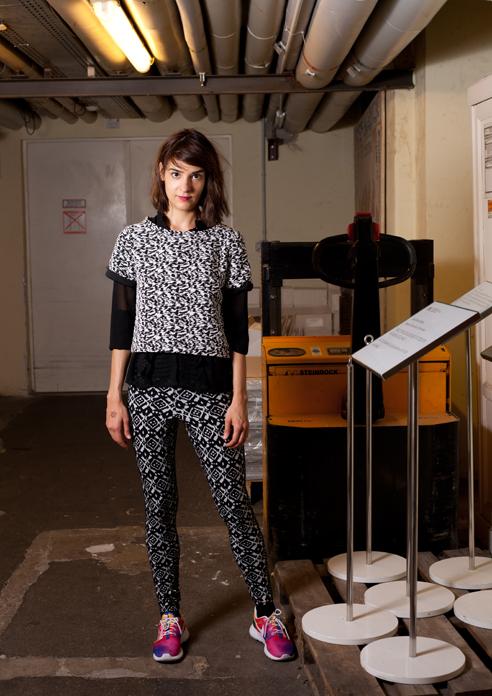 Melike trägt eine tolle Kombi aus schwarz/weiß und bunt! Foto: Lisa Notzke