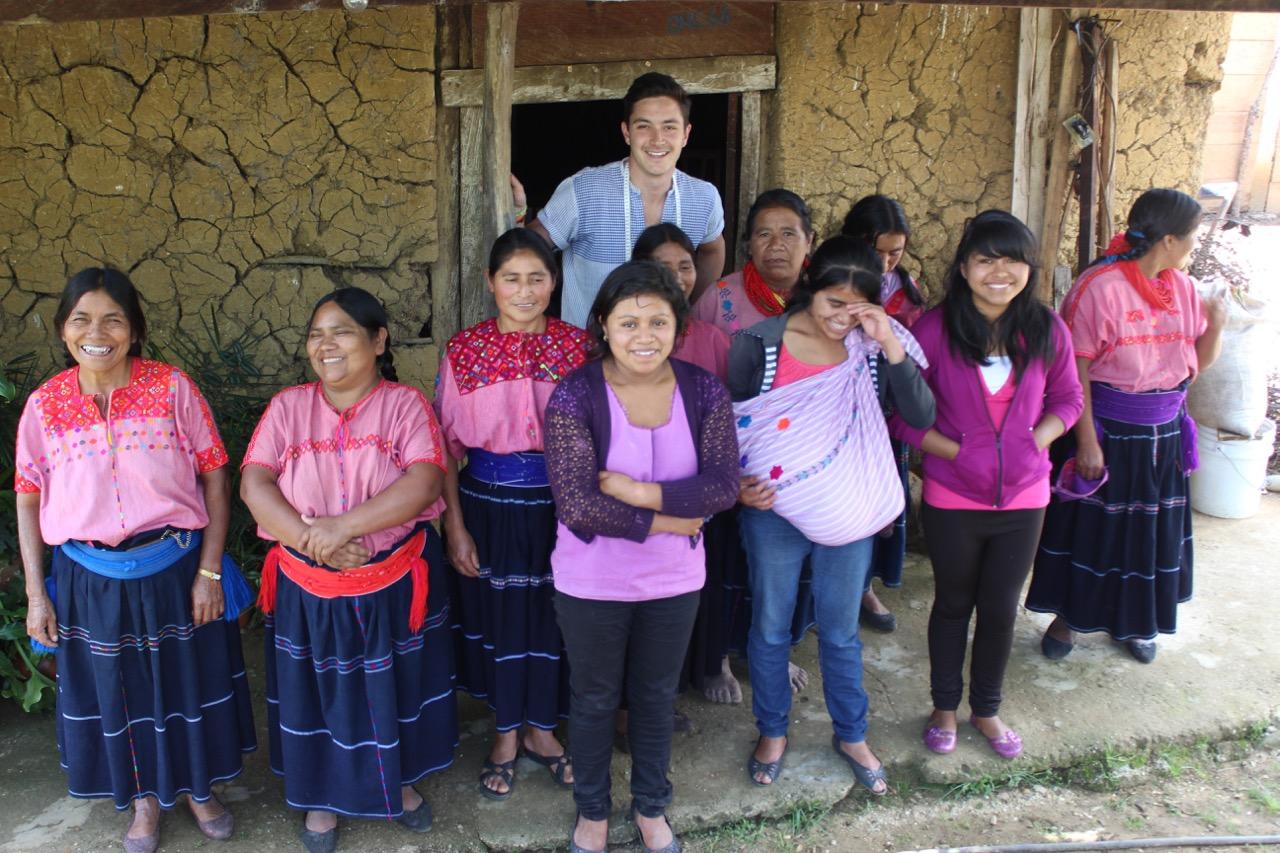 """""""Santa Lupita""""-Macher Jorge Acevedo mit den mexikanischen Produzentinnen."""