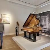 """Die Sonderausstellung """"Die große Utopie"""" zeigt einen Jugendstil-Flügel von Peter Behrens."""